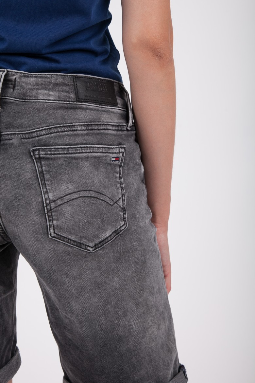 Krátke nohavice - TOMMY HILFIGER CLASSIC DENIM LONGER SHORT šedé